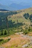 Ajardine com polos e estrada secundária nas montanhas de Apuseni Fotografia de Stock Royalty Free