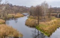 Ajardine com a ponte arruinada sobre o rio de Vorskla em Kobeliaky, Ucrânia Imagens de Stock