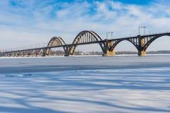 Ajardine com a ponte de Merefo-Hersonsky sobre o rio congelado na mesma cidade, Ucrânia de Dnepr Fotografia de Stock