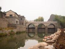 Ajardine com a ponte do arco do castelo perto do rio Imagem de Stock Royalty Free