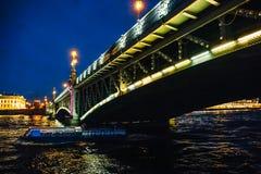 Ajardine com a ponte na noite, vista do rio de Neva em St Petersburg Fotografia de Stock