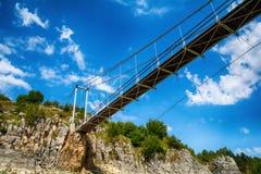 Ajardine com a ponte pedestre no desfiladeiro de Uvac do rio Fotos de Stock