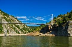 Ajardine com a ponte pedestre no desfiladeiro de Uvac do rio Imagens de Stock