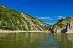 Ajardine com a ponte pedestre no desfiladeiro de Uvac do rio Imagem de Stock Royalty Free