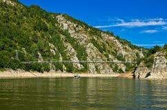 Ajardine com a ponte pedestre no desfiladeiro de Uvac do rio Foto de Stock