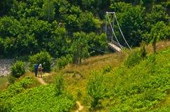 Ajardine com a ponte pedestre no desfiladeiro de Uvac do rio Foto de Stock Royalty Free