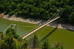 Ajardine com a ponte pedestre no desfiladeiro de Uvac do rio Imagem de Stock