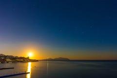 Ajardine com por do sol bonito e o céu escuro sobre o Mar Vermelho Fotos de Stock Royalty Free