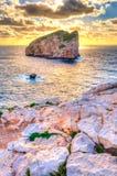 Ajardine com por do sol na costa com a ilha no fundo Imagens de Stock Royalty Free