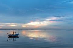 Ajardine com por do sol no litoral e no céu azul bonito Fotografia de Stock Royalty Free