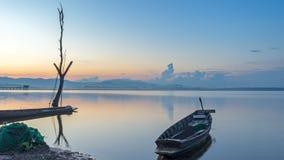 Ajardine com por do sol no litoral e no céu azul bonito Fotos de Stock Royalty Free