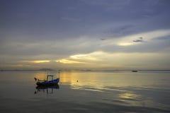 Ajardine com por do sol no litoral e no céu bonito Foto de Stock Royalty Free