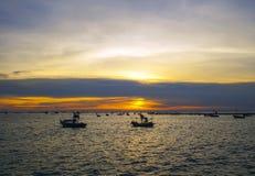 Ajardine com por do sol no litoral e no céu bonito, Bangpha, Tailândia Fotografia de Stock Royalty Free