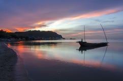 Ajardine com por do sol no litoral e no céu bonito, Bangpha, Tailândia Fotos de Stock Royalty Free