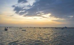 Ajardine com por do sol no litoral e no céu bonito, Tailândia Imagem de Stock Royalty Free