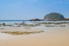Ajardine com a praia bonita contra o seaview com rochas e um céu nebuloso na praia do kata, Phuket, Tailândia Imagem de Stock Royalty Free
