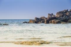 Ajardine com a praia bonita contra o seaview com rochas e um céu nebuloso na praia do kata, Phuket, Tailândia Imagens de Stock Royalty Free