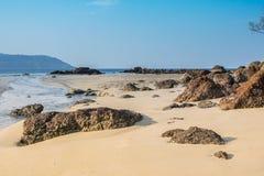 Ajardine com a praia bonita contra o seaview com rochas e um céu nebuloso na praia do kata, Phuket, Tailândia Fotografia de Stock