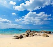 Ajardine com praia branca, o mar e as nuvens bonitas no céu azul Fotos de Stock
