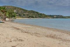 Ajardine com a praia da areia em Kefalonia, ilhas Ionian, Grécia Fotografia de Stock