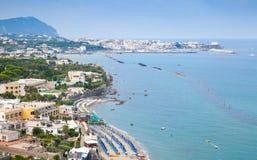 Ajardine com a praia da cidade de Forio, ísquios Fotos de Stock Royalty Free