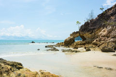 Ajardine com praia da rocha, o mar e as nuvens bonitas sobre mim Fotos de Stock
