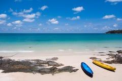 Ajardine com praia, o mar e as nuvens bonitas no céu azul Imagem de Stock