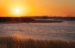 Ajardine com ptl, lago e céu do por do sol Imagens de Stock