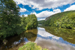 Ajardine com reflexão da água, nuvens, floresta, árvores Fotos de Stock Royalty Free