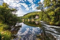 Ajardine com reflexão da água, nuvens, floresta, árvores Foto de Stock Royalty Free