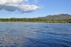 Ajardine com reflexão das nuvens no rio. Imagens de Stock Royalty Free