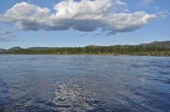 Ajardine com reflexão das nuvens no rio. Foto de Stock Royalty Free