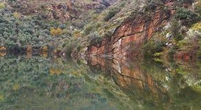 Ajardine com reflexão de espelho da montanha em um lago calmo Foto de Stock Royalty Free