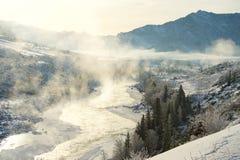 Ajardine com reflexão dos picos de montanha na água, névoa sobre o lago Fotos de Stock Royalty Free