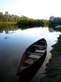 Ajardine com rio e barco na noite Imagem de Stock Royalty Free