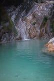 Ajardine com rio e cachoeiras na ilha de Lefkada, GR Fotos de Stock
