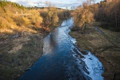 Ajardine com rio e floresta da completo-água na primavera perto do Mo Imagens de Stock Royalty Free