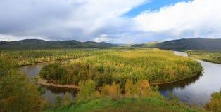 ajardine com rio e floresta sob o céu azul Imagens de Stock Royalty Free