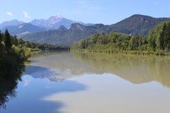 Ajardine com rio e montanha em Salzburg, Áustria Fotos de Stock Royalty Free
