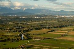 Ajardine com rio e montanhas sobre a área do pântano Imagem de Stock Royalty Free