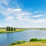 Ajardine com rio e nuvens no céu azul Imagem de Stock Royalty Free