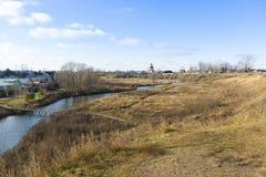 Ajardine com rio Kamenka em Suzdal, Rússia Anel dourado de um curso Foto de Stock Royalty Free