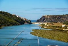 Ajardine com rio Mira na nova de Milfontes de Vila, Portugal Imagens de Stock