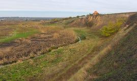Ajardine com rio pequeno Sura no oblast de Dnepropetrovsk, Ucrânia Fotos de Stock