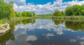 Ajardine com rio pequeno Sura perto da cidade de Dnipro na estação de mola Fotografia de Stock Royalty Free