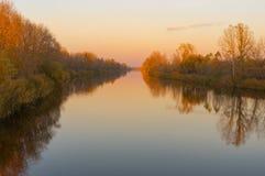 Ajardine com rio ucraniano Orel no tempo do por do sol Foto de Stock Royalty Free