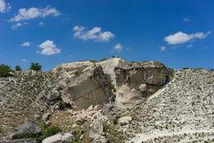 Ajardine com a rocha branca no fundo do céu azul Imagem de Stock Royalty Free
