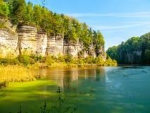 Ajardine com rochas e lagoa do arenito completamente de algas verdes Lagoa de Oborovsky no vale de Plakanek do paraíso boêmio ou Imagens de Stock Royalty Free