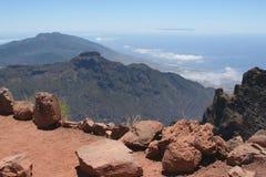 Ajardine com rochas, montanhas e o oceano Fotografia de Stock Royalty Free