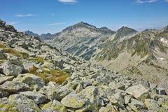 Ajardine com Rocky Hills em torno do pico de Kamenitsa, montanha de Pirin Fotos de Stock Royalty Free